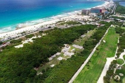 Imagen panorámica de dron vista hacia el sur de la costa oriental con respecto al sitio, El Rey, Cancún, Quintana Roo Foto: (INAH)