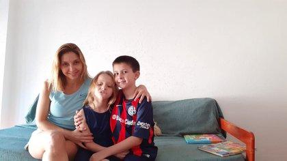 Melina junto a sus hijos, Catalina y Joaquín. Está separada y viendo cómo hacer para repartir las tareas de cuidado.