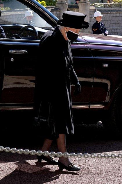 La reina Isabel II no participó del cortejo fúnebre a pie, sino que se movilizó en su auto