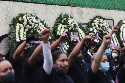 Miembros del equipo de rescate y familiares de niños que murieron en la escuela Enrique Rebsamen durante un terremoto en 2017, rinden homenaje frente a la escuela (Foto: Reuters)