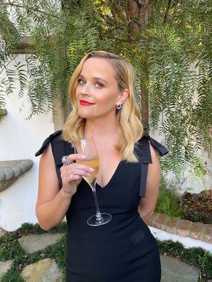 Reese Witherspoon, desde su casa, también dijo presente en la entrega de premios con un look sobrio. Apostó al negro by Louis Vuitton. Sin mangas, pero con detalles de moños y un gran escote V, la actriz subió su look a sus redes acompañado con una copa de espumante