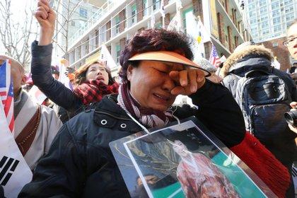 Miles de surcoreanos reaccionan tras el juicio político de la presidenta surcoreana, Park Geun-hye, ante el Tribunal Constitucional de Seúl