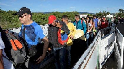 Venezolanos cruzan el puente Simón Bolívar hacia Clombia (Reuters)