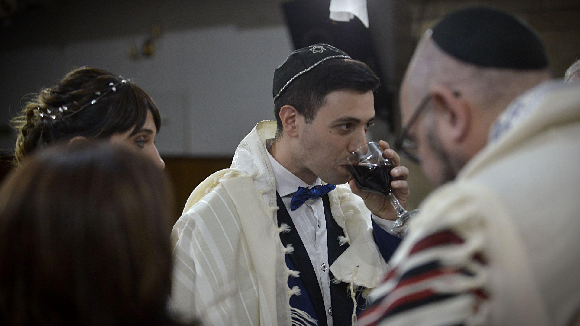 La primera copa acompaña la bendición del compromiso, y después de que esta es recitada, la pareja bebe el vino
