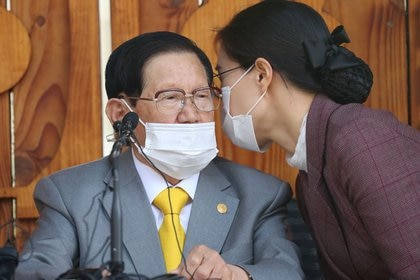 Lee Man-hee, fundador de la Iglesia Shincheonji de Jesús, el Templo del Tabernáculo del Testimonio, en rueda de prensa, Gapyeong, Corea del Sur, 2 marzo 2020 (Yonhap vía Reuters)