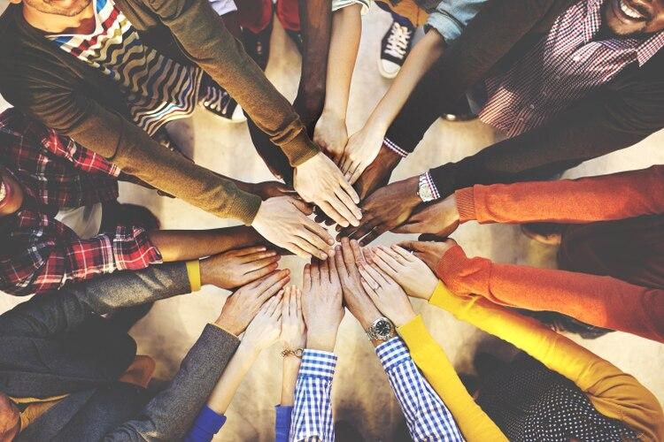 Cuando los líderes son más inclusivos, más inspiradores y se ocupan de gestionar a sus colaboradores, se genera un impacto directo en la fidelización del talento, la innovación y los resultados del negocio (Shutterstock)