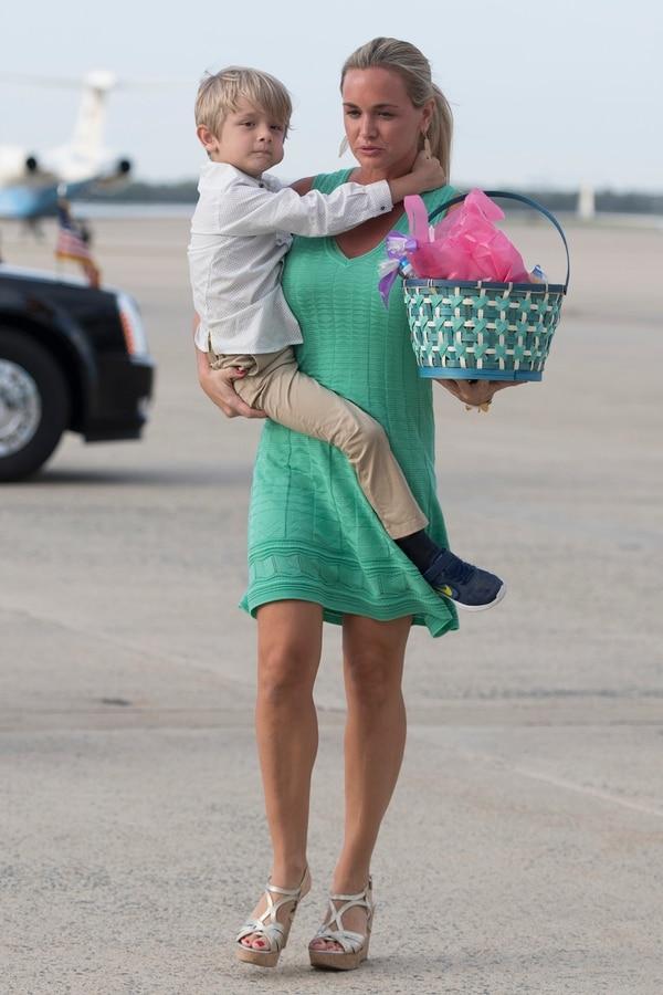 La nuera de Trump, con su hijo Tristan Trump. (AFP)