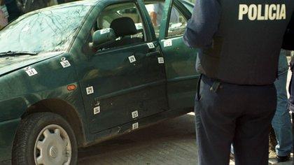 El auto, en su breve recorrido de 37 segundos, recibió 48 impactos. Y se dispararon 200 balas (Jorge Humberto Larrosa)