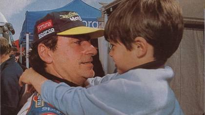 """Carlos Sainz padre y el pequeño Junior. Fue tras una de las carreras de rally del """"Matador"""" (Archivo CORSA)."""