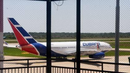 Un avión de Cubana Airlines espera en el aerouerto internacional de Viru Viru en Santa Cruz, Bolivia.  Noviembre 16, 2019. REUTERS/Rodrigo Urzagasti