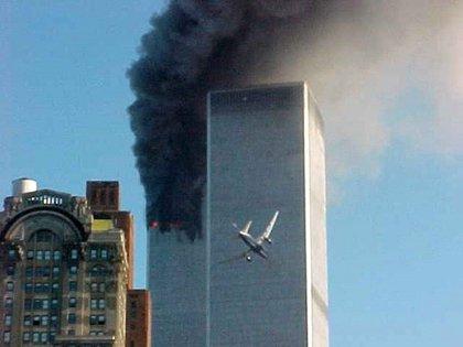 Momento en el que un avión se estrella en una de las torres del World Trade Center de Nueva York (Carmen Taylor/KHBS/KHOG-TV, vía AP)