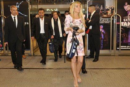 Cacho Castaña al terminar la fiesta en el Teatro Porteño; en primer plano, su esposa (Foto: Teleshow)