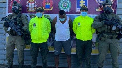 En Tumaco (Nariño) fue capturado alias Alirio señalado de asesinar líderes sociales y excombatientes en esa zona del país. Foto: Policía Nacional