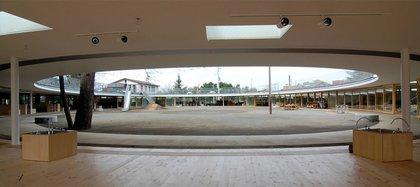 Concebido como una gran donut, el jardín de infantes Fuji de Tezuka Architects pone un sentido salvaje de diversión en el centro de su diseño. La obra está diseñada para fomentar el aprendizaje de forma libre. Las puertas corredizas permiten que las aulas se abran al patio de recreo, mientras que la zinguería canaliza el agua de lluvia, creando cascadas para que los niños jueguen durante el clima húmedo (Estudio Tezuka)