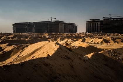 Trabajadores de la construcción en la primera fase de la nueva capital de El Cairo que está en construcción. En las últimas dos décadas, China desató una ola de préstamos globales en un esfuerzo por expandir su influencia y convertirse en una superpotencia política y económica (Bryan Denton / The New York Times)