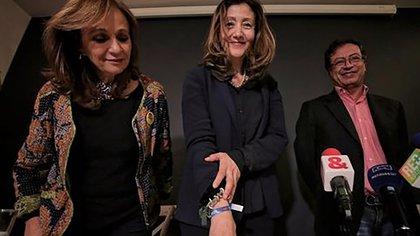 La fórmula vicepresidencial de Gustavo Petro, Ángela María Robledo; la ex secuestrada de las FARC Ingrid Betancourt; y el candidato de izquierda.