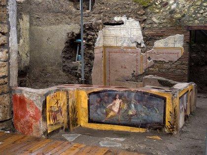 """Un fresco en un """"thermopolium"""" que representa a una ninfa montando un caballo descubierto durante las excavaciones en Pompeya, Italia, en una imagen entregada con fecha 26 diciembre de 2020. REUTERS"""