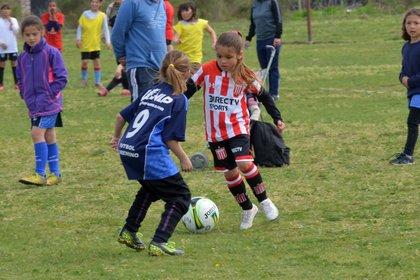 Felicitas Flores tiene siete años y juega en las categorías infantiles femeninas de Estudiantes de La Plata ( Joaquín Latreite)