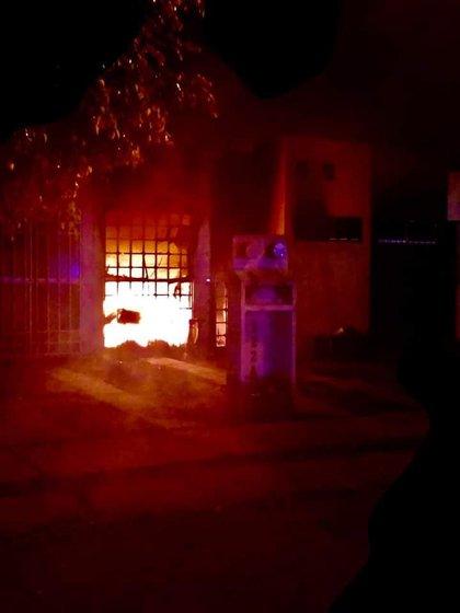 Tras perpetrar el ataque los sicarios prendieron fuego a la casa (Foto: Twitter/@InfSinCensuraMx)