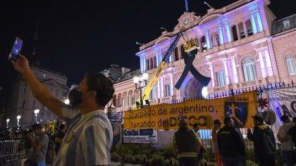 Personas afuera de la Casa Rosada la noche del miércoles.  REUTERS/Martin Villa