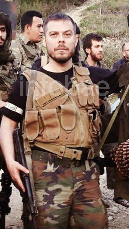 Kurtulus, con ropa militar.