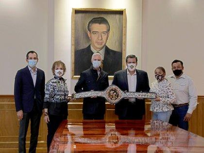 """El cinturón fue entregado en el Salón """"Presidente Adolfo López Mateos"""" (Foto: Twitter/@alfredodelmazo)"""
