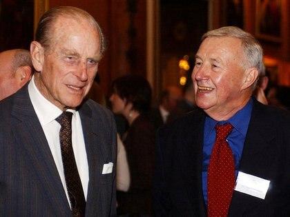 El Duque de Edimburgo con el diseñador y restaurador británico Sir Terence Conran durante una recepción de diseño en el Palacio de Buckingham, Londres, el 22 de noviembre de 2004, para conmemorar la contribución de la industria del diseño británico. REUTERS