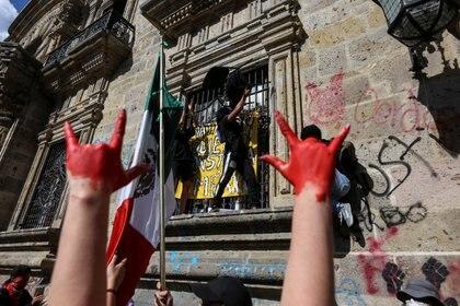 Cientos de manifestantes se dieron cita en el palacio de gobierno de Jalisco en Guadalajara para expresar su indignación en contra del homicidio de Giovanni López (Foto: REUTERS/Fernando Carranza)