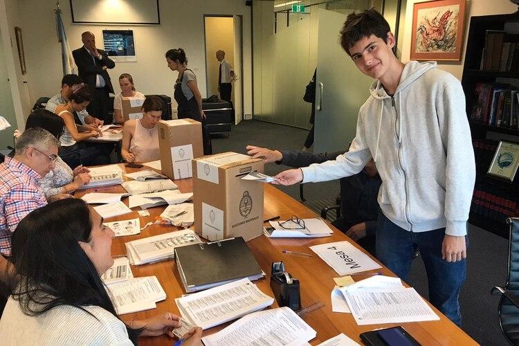 Un elector depositando su voto en Australia. Foto (Cancillería)