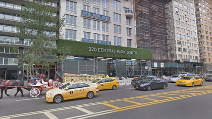 La entrada del 220 Central Park South en Nueva York, donde se emplaza la magnífica torre donde Ken Griffin compró la casa más cara de los Estados Unidos