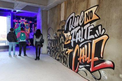 Un grupo de visitantes fue registrado al recorrer la exposición temporal abierta sobre el mundo del grafiti, en el centro de Bogotá (Colombia). EFE/Juan Carlos Gomi