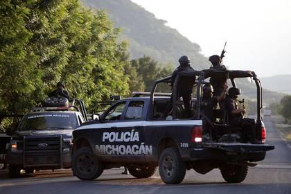 Foto de archivo. La policía local de Michoacán patrulla a lo largo de una carretera, después que oficiales de policía fueron asesinados durante una emboscada por presuntos asesinos de un cartel en El Aguaje, México. 14 de octubre de 2019. REUTERS/Alan Ortega.