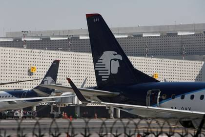 Los aviones de Aeroméxico se muestran en la pista de aterrizaje del aeropuerto internacional Benito Juárez en Ciudad de México, México, 28 de noviembre de 2017. REUTERS / Ginnette Riquelme. Foto de archivo