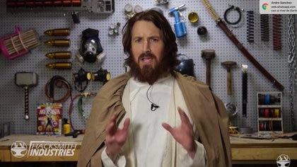 James Hobson, 'The Hacksmith', el youtuber responsable de hacer realidad el sable de luz, vestido como Obi wan Kenobi.