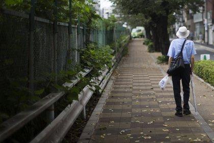 Un hombre camina por la calle en el distrito Sugamo de Tokio, Japón, el lunes 15 de septiembre de 2016. La proporción de japoneses envejecidos ha estado aumentando constantemente durante décadas (Bloomberg)