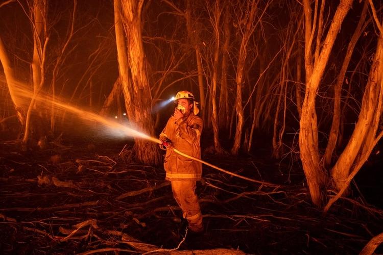 Un bombero trabajando en Cathcart (The New York Times)