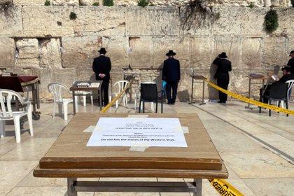 Judíos ortodoxos rezan en el Muro de los Lamentos de Jerusalem, con las medidas de distanciamiento que obliga el COVID-19 REUTERS/ Ilan Rosenberg