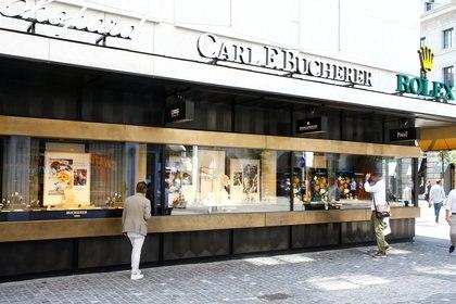 Una tienda de relojes y joyas Bucherer en la calle comercial de la Bahnhofstrasse en Zurich, Suiza, el 12 de agosto de 2020.   (REUTERS/Arnd Wiegmann)