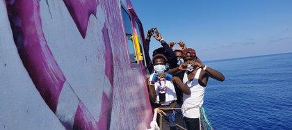 Los migrantes posan en el barco Louise Michel en el mar Mediterráneo.  MV Louise Michel / Dispensa vía REUTERS