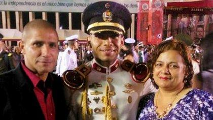 Robert José Ulpin y Aura Elena González con su hijo Roberto Carlos el día de su graduación