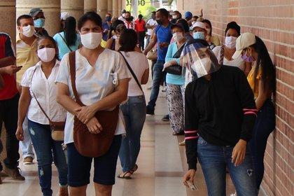 Fotografía fechada el 18 de junio del 2020 que muestra unas personas aglomeradas en Barranquilla (Colombia), una ciudad que con su vecina Cartagena suman los más altos índices de contagios y muertes por COVID-19 en la región caribe colombiana. EFE/Ricardo Maldonado Rozo