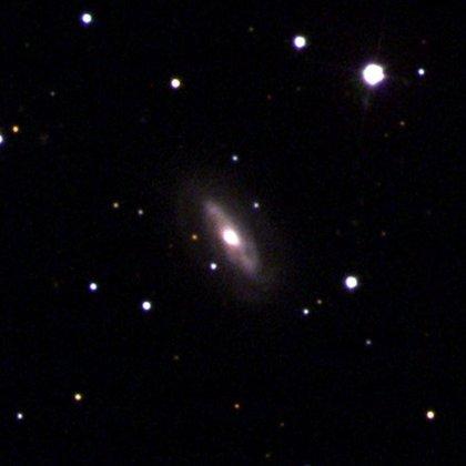 El agujero negro identificado se mueve a una velocidad diferente a la galaxia que lo rodea, un fenómeno totalmente inusual para un agujero negro supermasivo. (Encuesta Sloan Digital Sky)