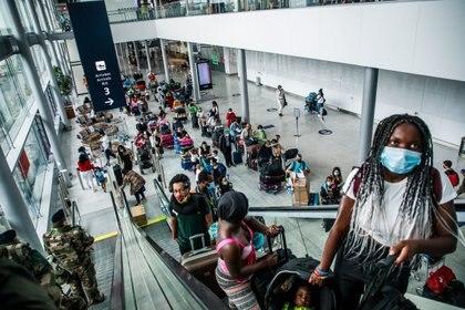 Pasajeros en del Aeropuerto de Orly, cerca de París (Francia). EFE/ Christophe Petit Tesson/Archivo
