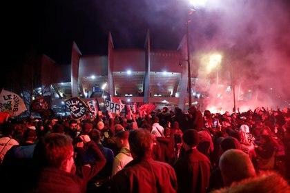 Los aficionados del PSG se juntaron en la puerta del estadio (Reuters)