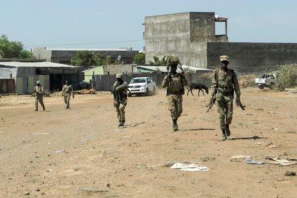 Miembros de la Fuerza Especial de Amhara regresan a la base militar de la 5ª división mecanizada de Dansha después de luchar contra el Frente de Liberación Popular de Tigray (TPLF), el 9 de noviembre de 2020. (REUTERS/Tiksa Negeri)