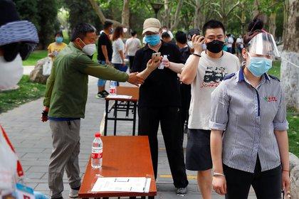 Personas usan mascarillas en Beijing