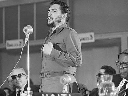 Ernesto Guevara habla en el Consejo Interamericano Económico y Social durante la conferencia de Punta del Este en agosto de 1961