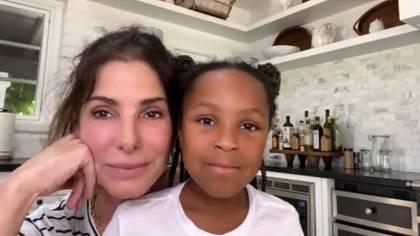 Sandra Bullock sorprendió a todo el mundo al presentar a su hija de ocho años, Laila (Foto: Red Table Talk - captura de pantalla)