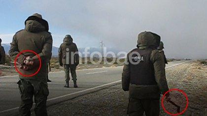 A la izquierda, un gendarme sostiene un manojo de piedras; a la derecha, otro lleva un hacha. Un informe de la propia Gendarmería presentado a Sabina Frederic determinó que el personal no estaba preparado para el operativo