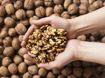 Las nueces son un aliado sumamente poderoso para la salud cardíaca (iStock)